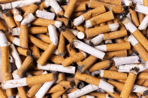 Sigarettenfilters peuken op de grond